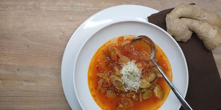 Kerstins Keto, wärmende Gemüsesuppe mit Fenchel, Tomaten und Chili