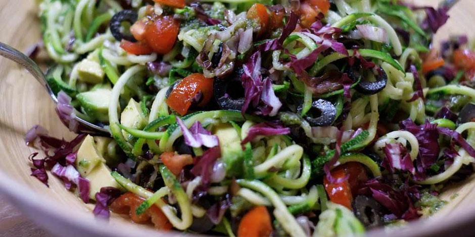 Kerstins Keto, Mediterraner Zoodles Salat mit Radicchio und Avocado