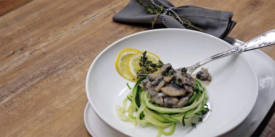 Kerstins Keto, Gebratene Champignons in Mandelmus mit Zuchini Nudeln