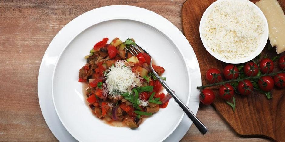 Kerstins Keto, Ratatouille mit frisch geriebenen Parmesan und gezupften Basilikum