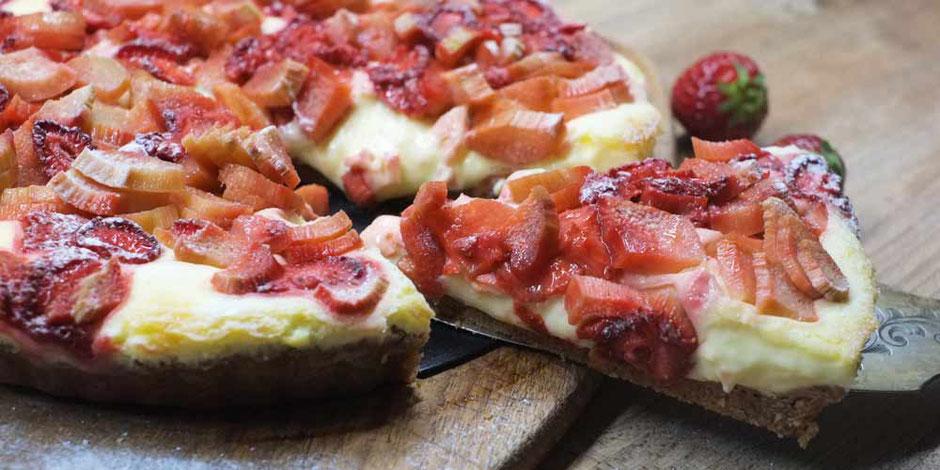 Keto Erdbeer-Rhabarber Tarte mit softer Vanillecreme