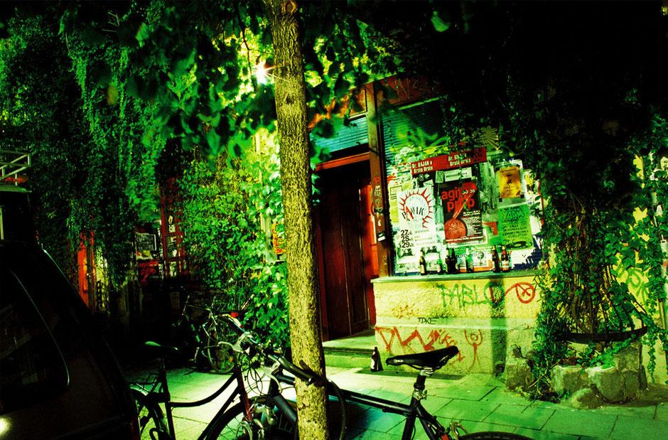 Berlin Friedrichshain - Rigaer Strasse 2005 - Lauschangriff Eingang - Efeu Bewuchs und grünes Licht
