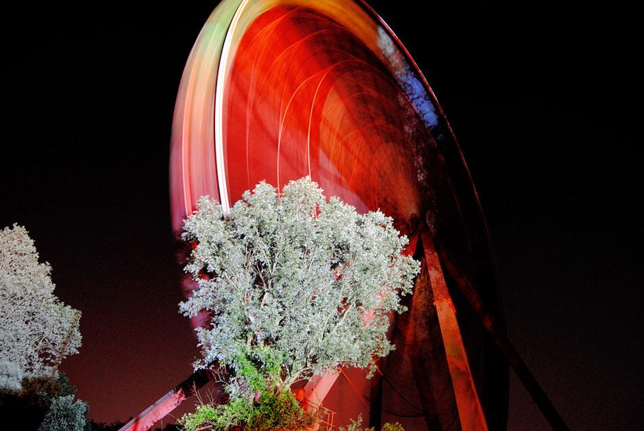 Berlin Treptow - Spreewaldpark - Riesenrad bei Nacht rot beleuchtet mit Langzeitbelichtung - Stadtbildfotografie Berlin - oqopo Bildkunst