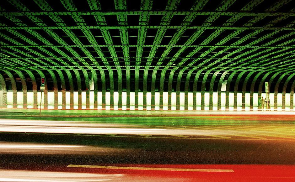 Berlin Neukölln Karl-Marx-Strasse Rinbahnbrücke nachts - Nachtaufnahme m. Langzeitbelichtung - grüne Beleuchtung und Autolichter mit Asphalt