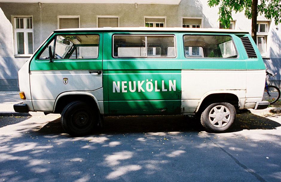 Berlin Neukölln VW-Transporter ehemals Polizeiwagen - grün weiss im Strassenbild unter Bäumen portraitiert - Architekturfotografie Berlin - oqopo bildunst