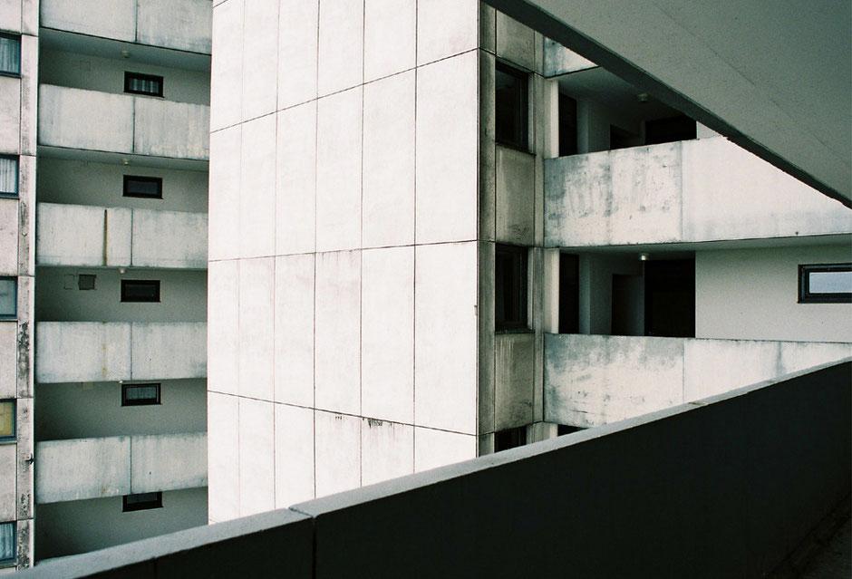 Berlin Neukölln Gropiusstadt - Fritz-Erler-Allee - Hochhaus, Wohnhaus, Siedlung, Betaon, Fassade, Aussicht, Balkone, Tristesse - Architekturfotografie Berlin - oqopo bildunst