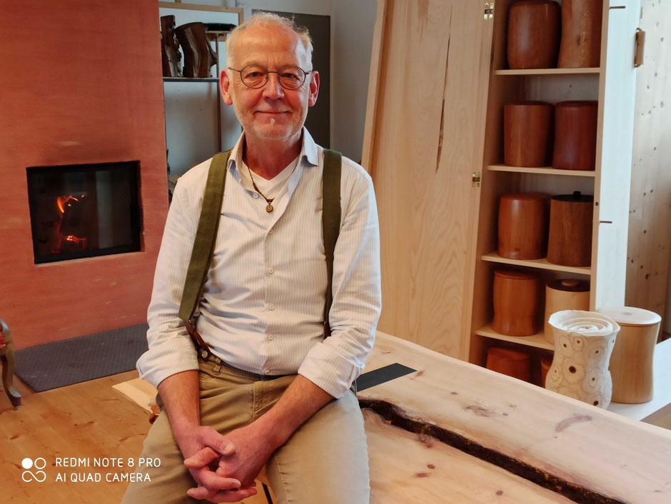 Der 64-jährige Schreinermeister fand über Umwege seine Erfüllung in den Sargbau-Kursen. (Foto: Fred Theiner)