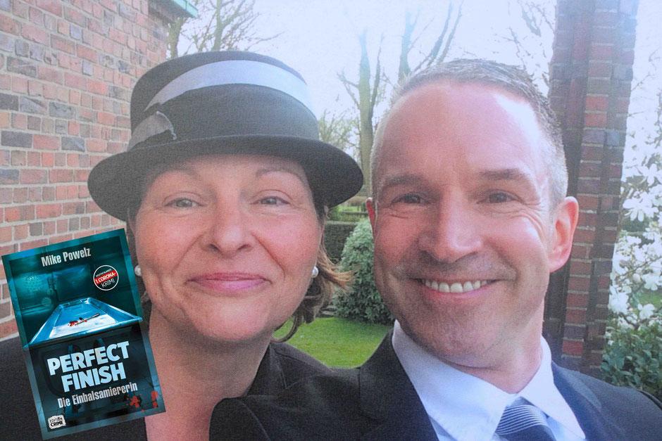 """Der Autor Mike Powelz (r.) lernte Anja Schlange (l.) bei ihrem """"Perfect Finish""""-Seminar kennen und absolvierte zudem ein Recherche-Praktikum bei der Bestattermeisterin. (Foto: Mike Powelz)"""