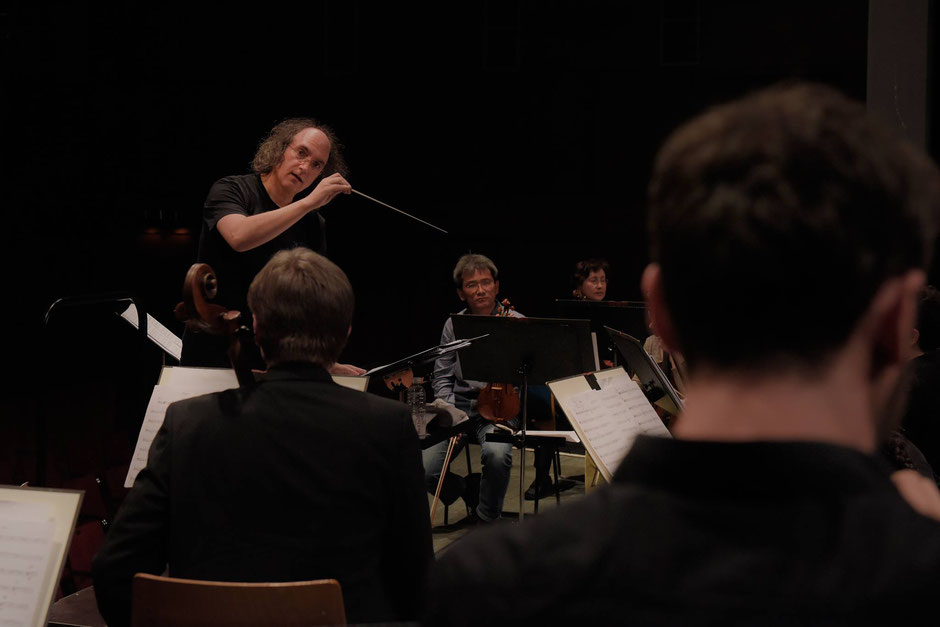 Bernd Ruf conducting the Baden-Badener Philharmonie during rehearsals for the East West Symphony project