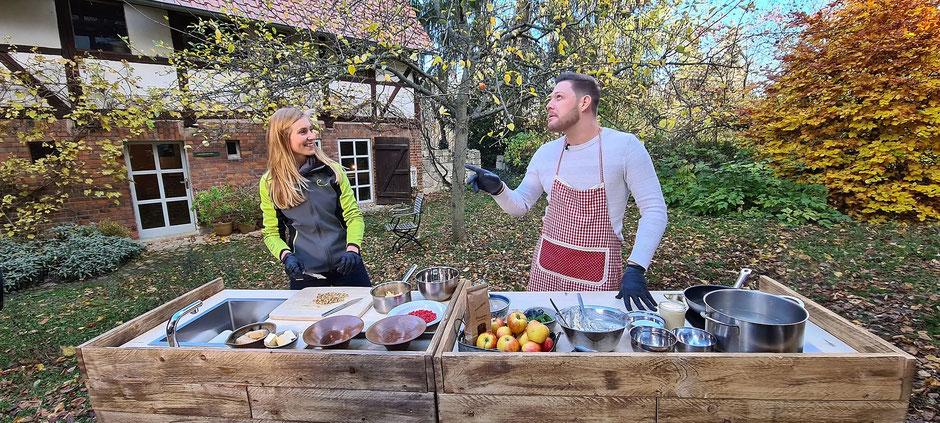 Joanna & Robin kochen gemeinsam im Hof. (Bildrechte: MDR / Heiko Cinibulk)