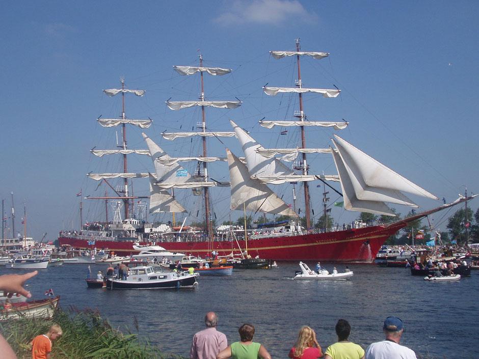 赤い船体に黄色の帯を描いてあるウクライナのKHERSONES。ジブもステースルも風をはらんでいるのでいかにも帆船といった風だ。