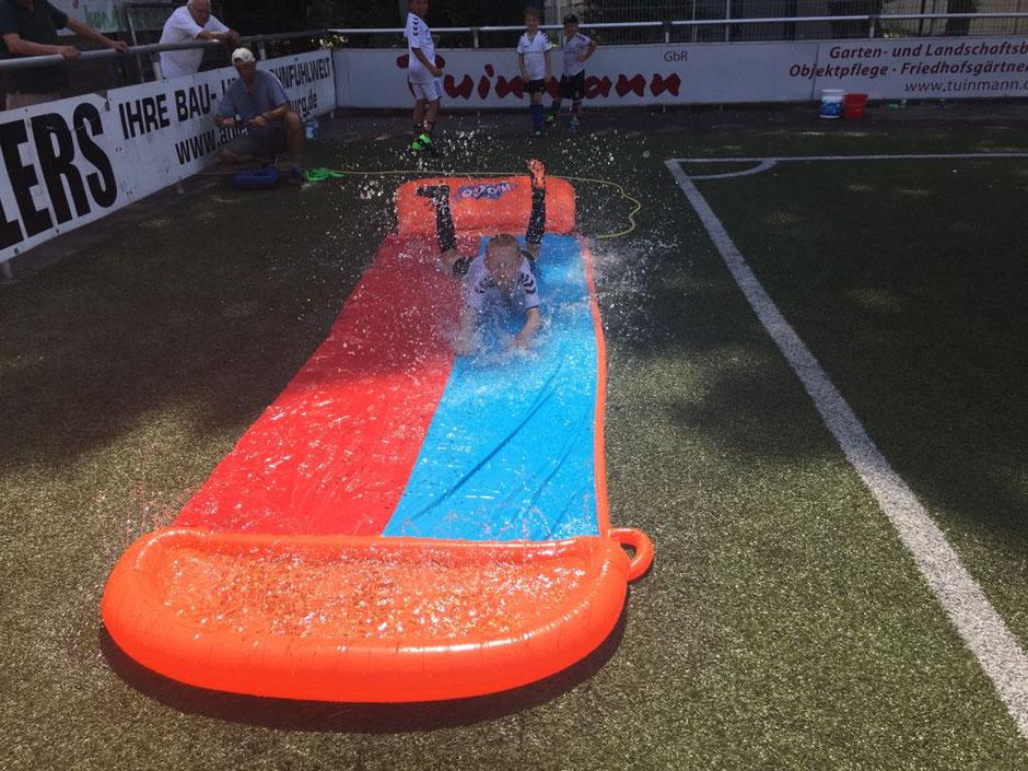 Gegen die Hitze gab es beim SparDa - Camp probate Mittel: Wassserrutsche und Außendusche..