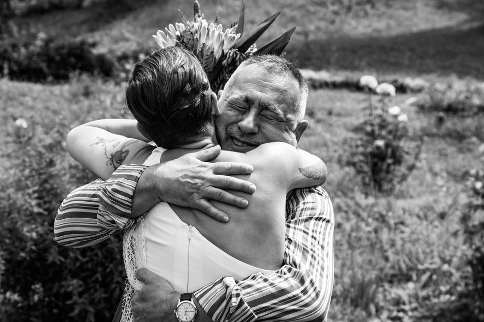 Emozionante abbraccio tra la sposa e suo padre