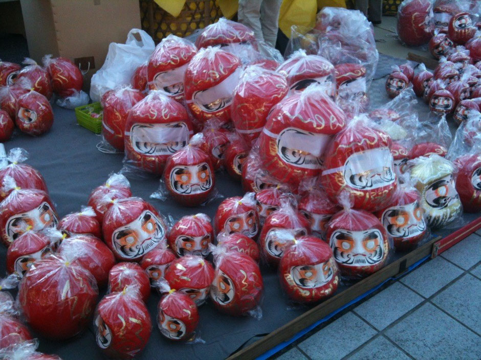 Display of Dharma Dolls at Haijima Daishi Temple Tokyo Akishima Daruma Ichi Fair new year event goodluck fortune powerspot TAMA Tourism Promotion - Visit TAMA 拝島大師のだるま市 新年イベント 厄除 開運 パワースポット 多摩観光振興会