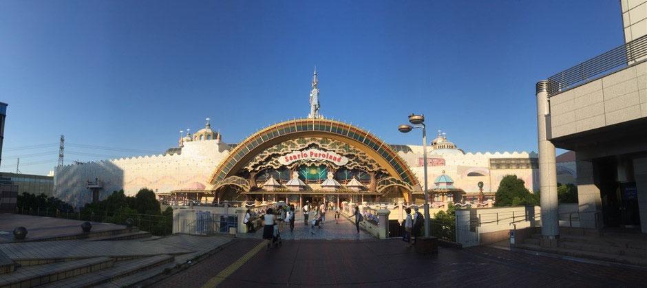 Panorama view of the entrance at Sanrio Puroland Tokyo Tama attraction landmark amusement park Hello Kitty Street walking tourist spot TAMA Tourism Promotion - Visit Tama サンリオピューロランド(パノラマ画像) 東京都多摩市 テーマパーク 遊園地 ハローキティストリート 散策 観光スポット 多摩観光振興会