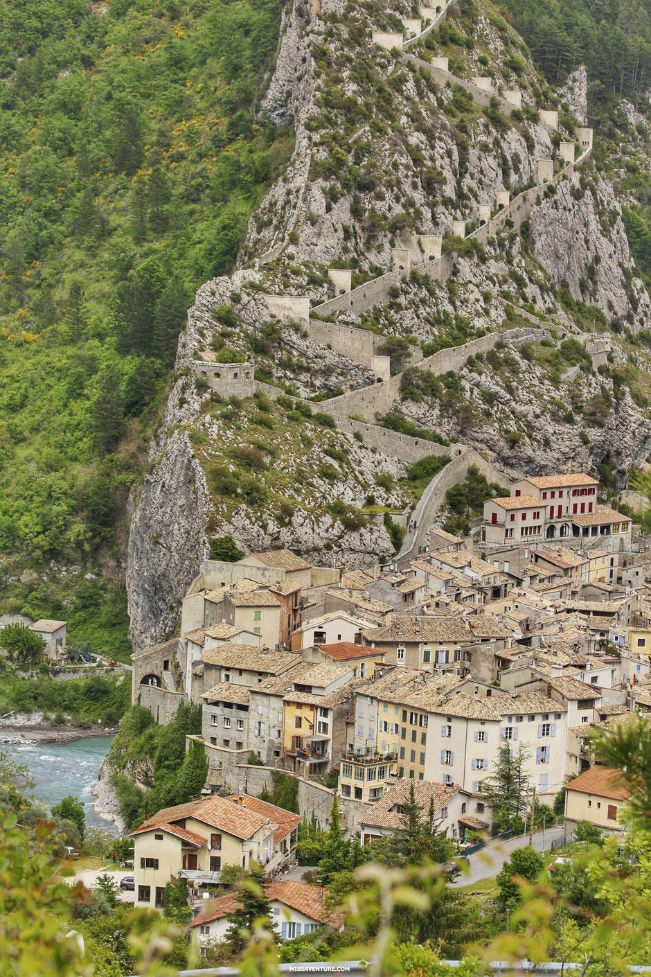 Sur la route pour le colorado nicois, le village médiéval d'Entrevaux (FRANCE). www.missaventure.com blog d'aventures, nature et reflexions green.
