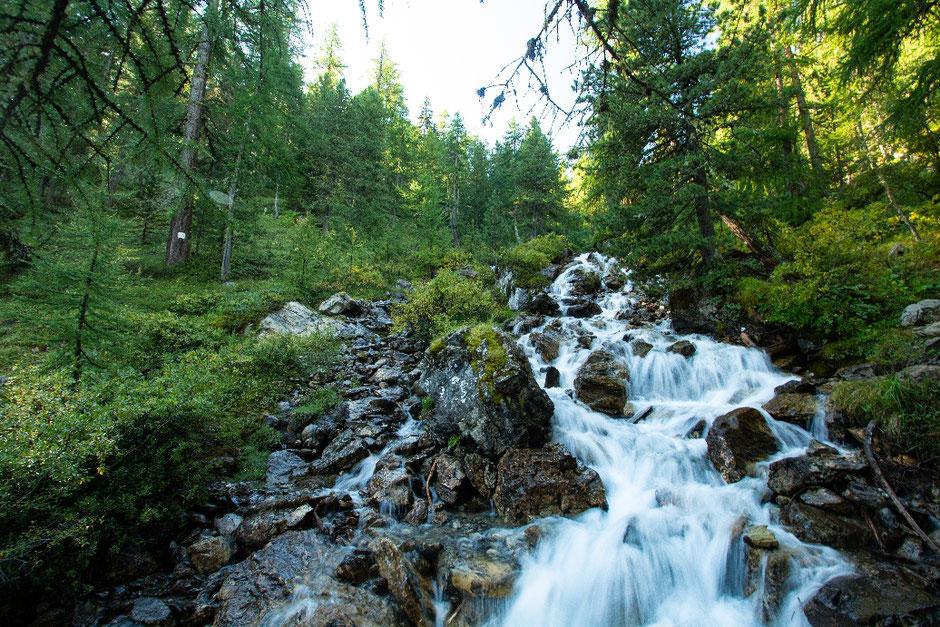ROAD TRIP EN 4X4, SUR LA ROUTE DES GRANDES ALPES  (FRANCE). randonnée au Lac miroir, ruisseau de la Pisse.   www.missaventure.com blog d'aventures, nature et reflexions green.