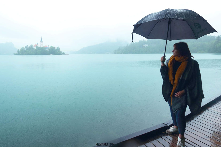 La brume et la pluie viennent recouvrir le lac de Bled.