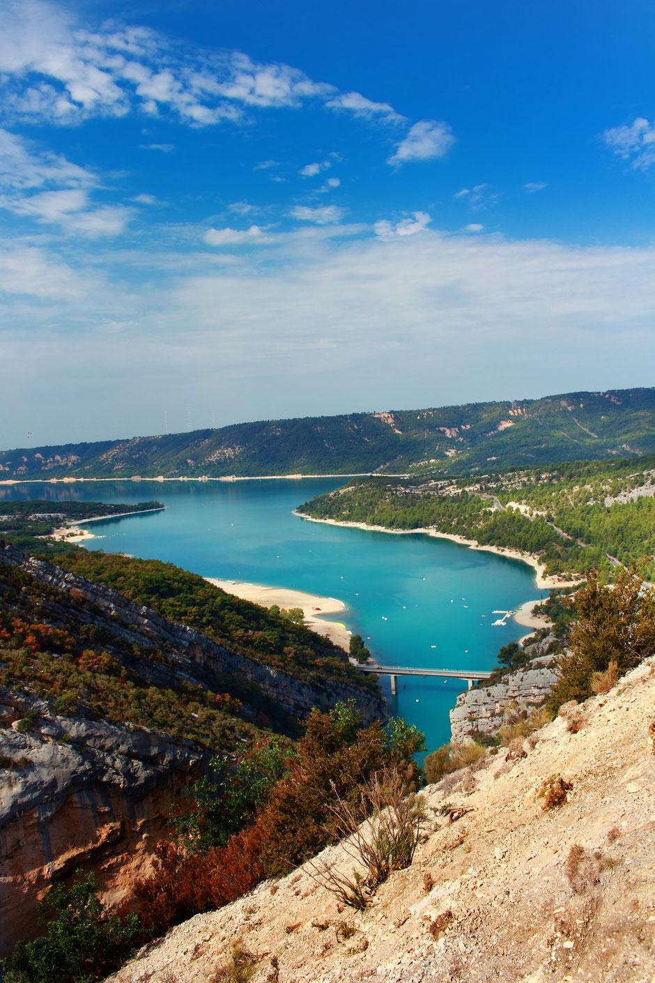 Sur la route du Verdon, vue sur le lac de Sainte Croix et l'entée des Gorges.VERDON (FRANCE) missaventure blog