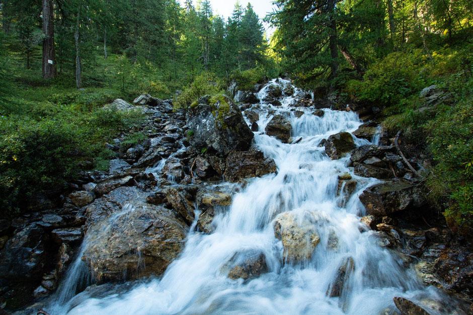 ROAD TRIP EN 4X4, SUR LA ROUTE DES GRANDES ALPES  (FRANCE). randonnée au lac miroir, ruisseau de la Pisse   www.missaventure.com blog d'aventures, nature et reflexions green.