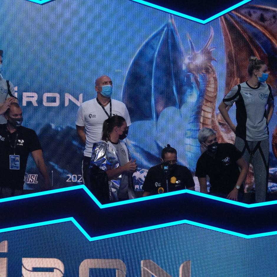 Dirk Lange in der Box vom Team Iron mit Caroline Pilhatsch Vizeweltmeisterin 50m Rücken auf der Kurzbahn / Foto: Wellmann Media