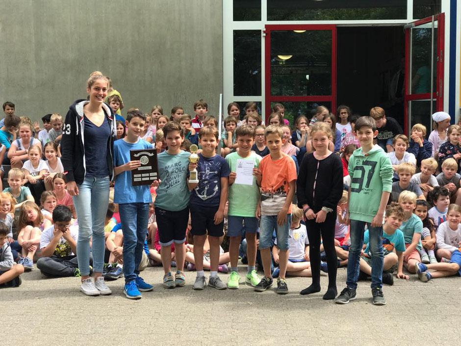 Bild: Rosalie Kleyboldt bei der Preisübergabe in der Robert-Schumann Schule / Bildquelle: Oliver Großmann
