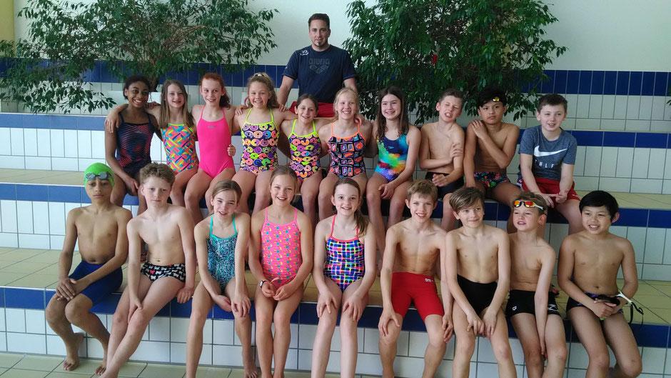 SG Frankfurt Talentgruppe Mitte mit Trainer Christian Schauss / Foto: Swimsportnews-Hessen