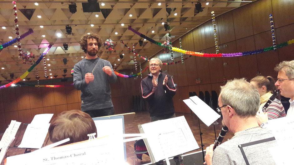 Musikhochschul-Dozent Toni Scholl (rechts) unterstützt seinen Studenten Christoph (links) beim Halten des getragenen Tempos (Foto: MBO)
