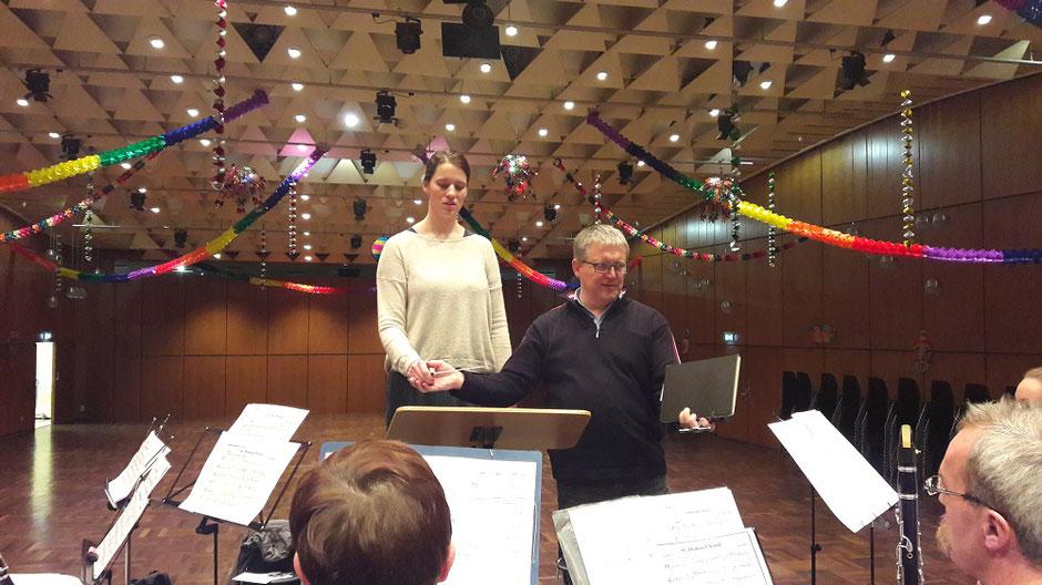 Toni Scholl (rechts) zeigte Gesangsstudentin Pauline (links) die entspannte Handhaltung am Taktstock (Foto: MBO)