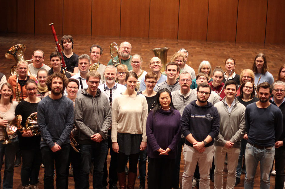 Das MBO stand für eine gesamte  Probe sieben Studenten der Musikhochschule Mannheim (1. Reihe) als Studienobjekt zur Verfügung. Toni Scholl (2. Reihe rechter Bildrand) begleitete die Dirigierprobe professionell (Foto: Sabine Köstlmaier)