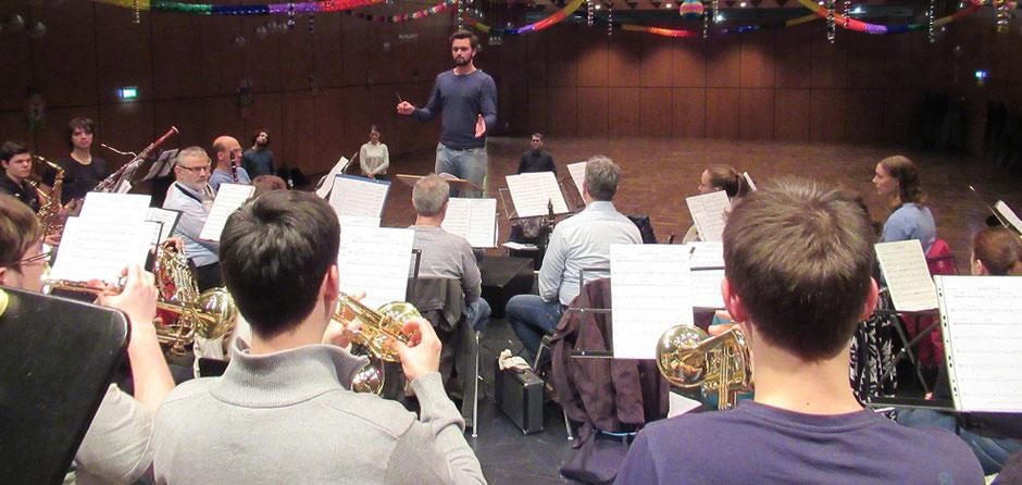 """Valentin führte das MBO durch das sinfonische Stück """"Momentum"""" von Thomas Doss (Foto: MBO)"""