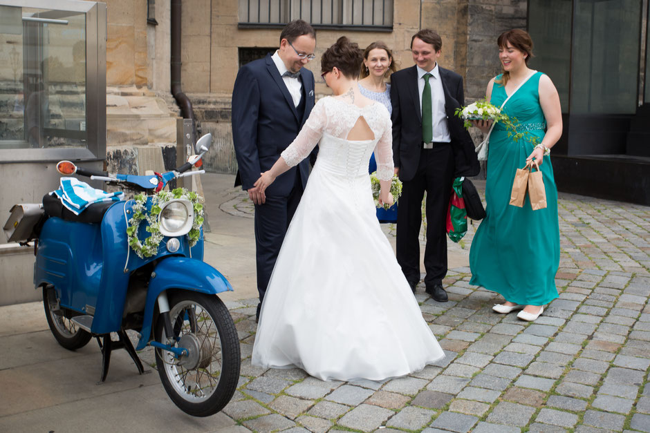 Hochzeitsfotograf Dresden, Hochzeitsfotos Dresden, Hochzeitsfotografin Dresden, Hochzeit Landhaus Dresden, Hochzeit Carolaschlösschen Dresden, Hochzeitsfotos Moped, Hochzeit Dresden, heiraten in Dresden