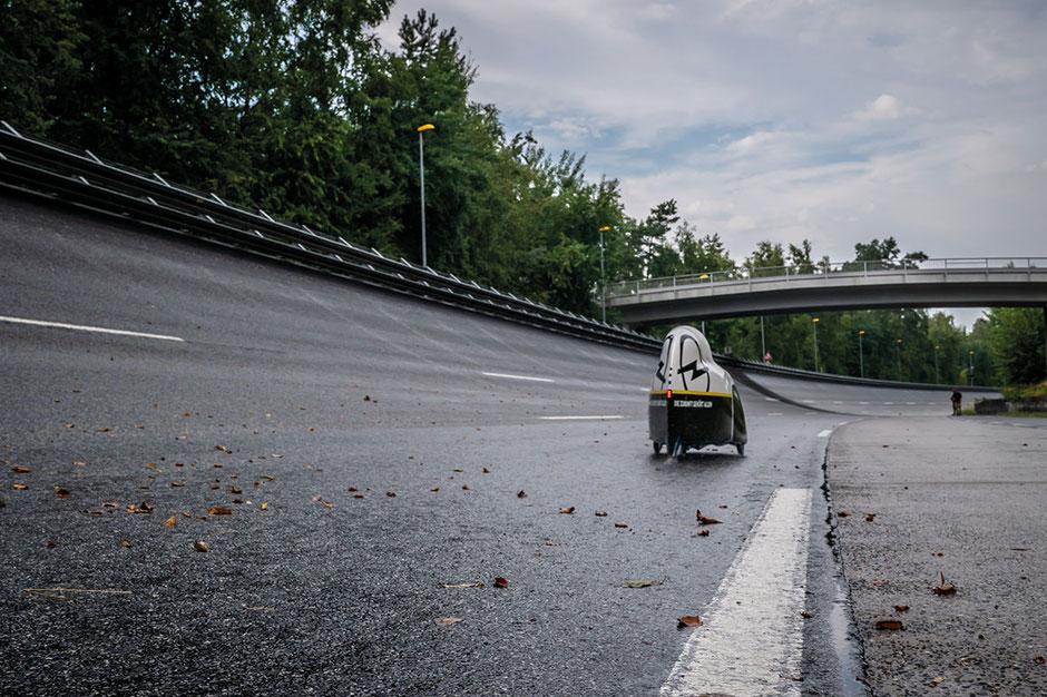 Ein heftiger Regenschauer bremst die Jagd auf den 24-Stunden-Weltrekord aus. ©Opel