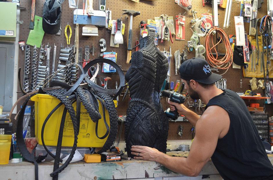 Blake McFarland, der Mann, der aus Reifen Kunstwerke macht