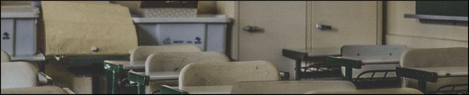 Tische und Stühle im Klassenzimmer