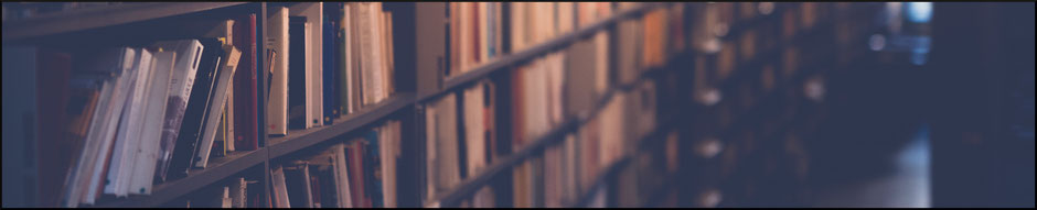 Bücherregal von der Seite fotografiert