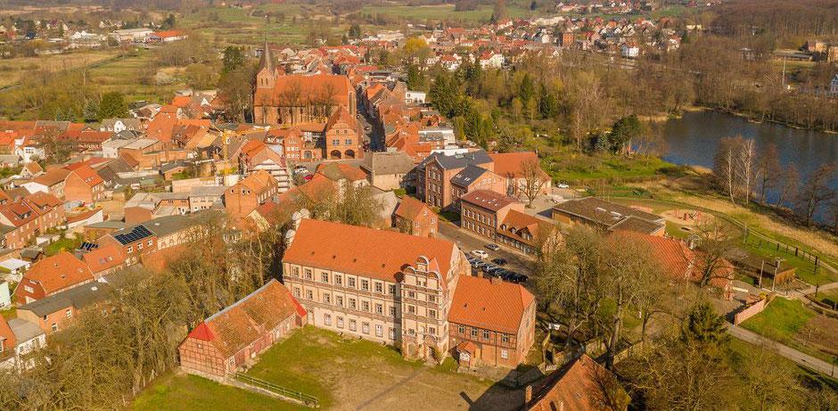 Blick auf unsere Altstadt mit Kirche und Schloss (Februar 2021)