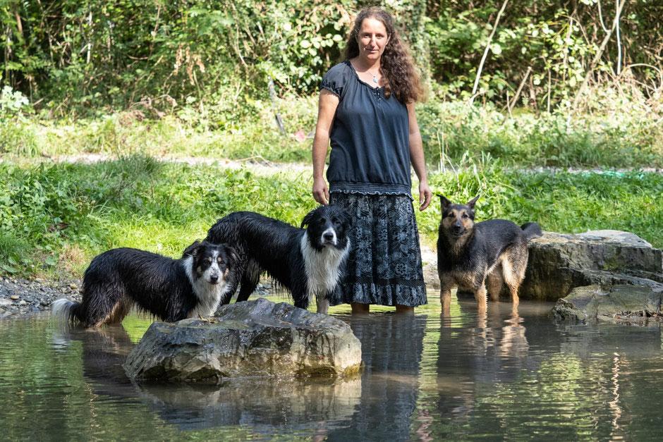 Luzia mit Sidi, Shahruk und Bugs (Hunde von links nach rechts)