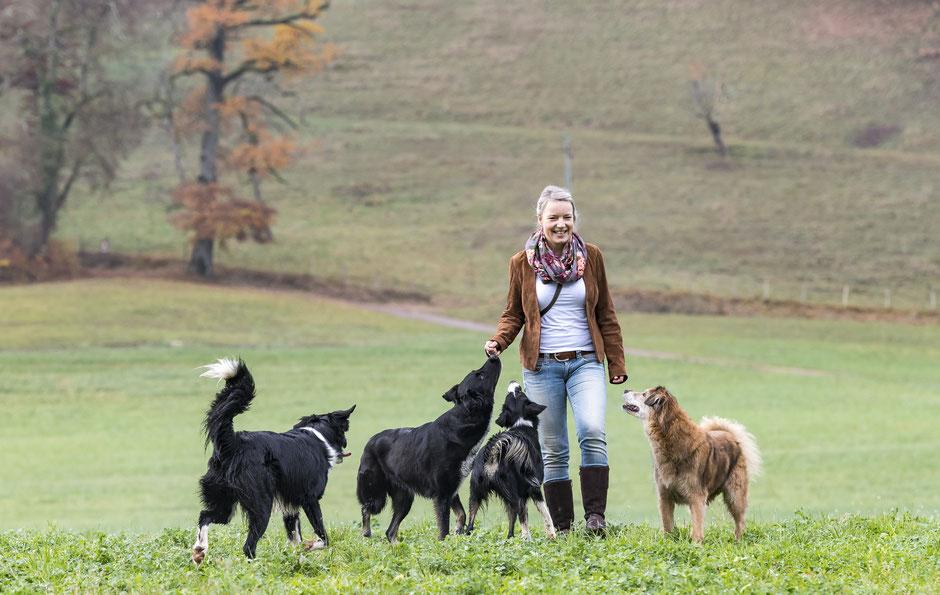 Nadine mit Buck, Leni, Lila und Leo (Hunde von links nach rechts)