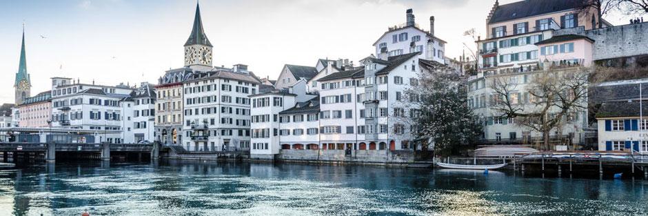 Der Fluss Limmat in Zürich mit Blick auf die Schipfe, St. Peter Kirche und Fraumünster Kirche im Hintergrund