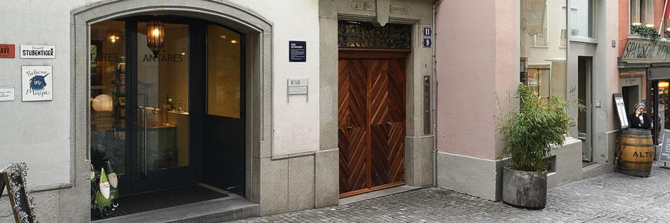 Der schöne, historische Eingang zur Münstergasse 11 liegt direkt neben dem legendären Restaurant Bodega Española