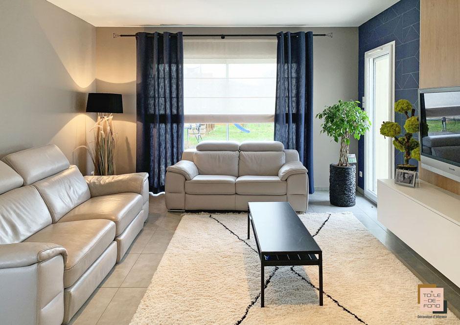 Rendu finalisé d'une séjour avec papier peint Ferm Living, meuble TV bois, rideaux Heytens, tapis berber