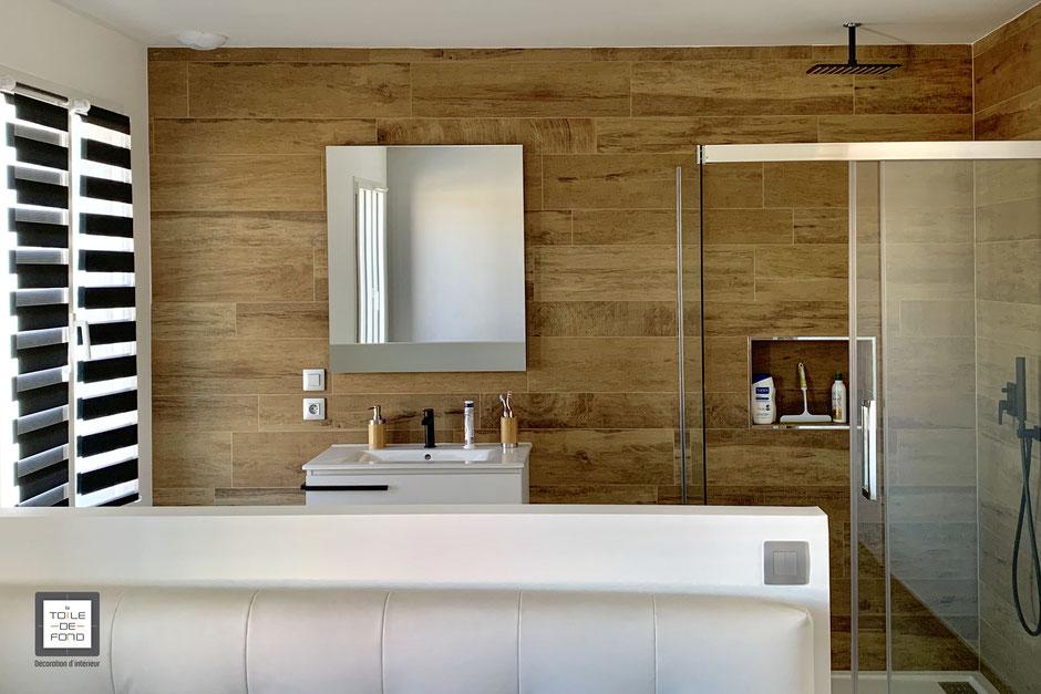 Salle de bain ouverte sur chambre, carrelage effet bois