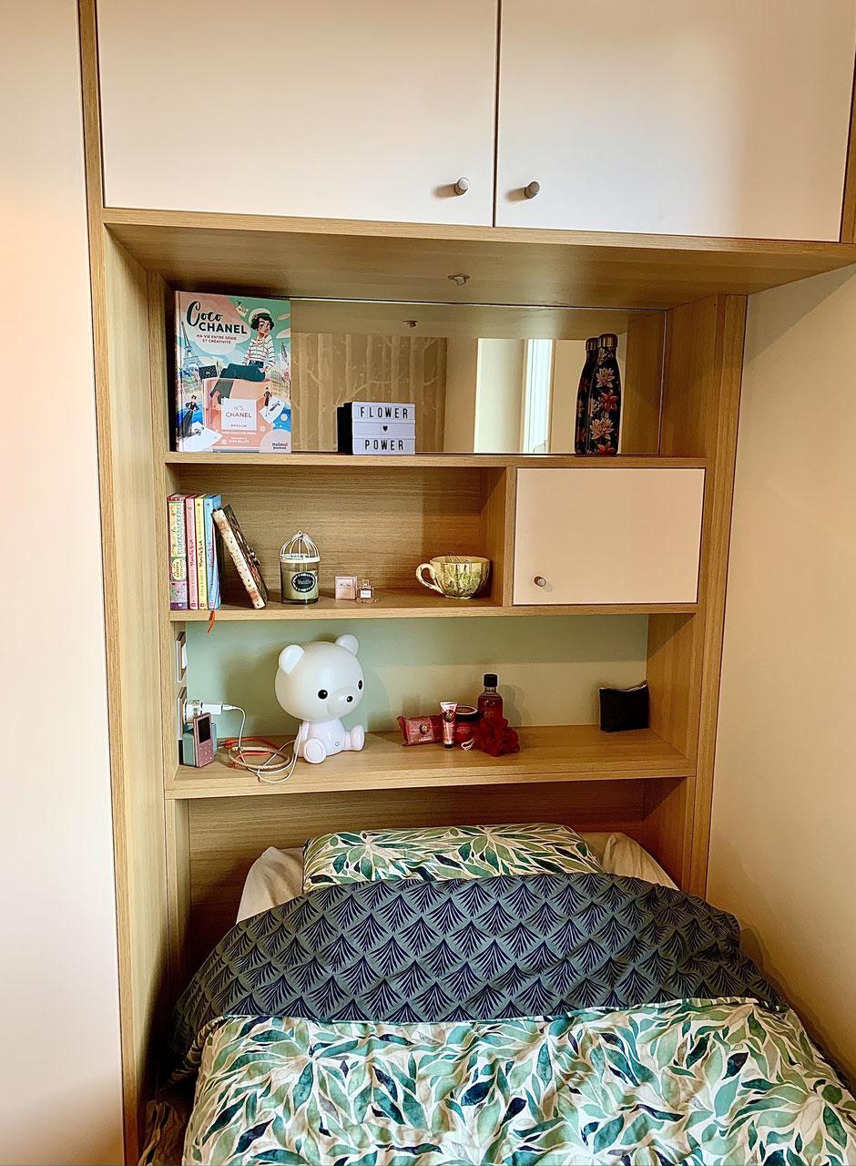 Rendu finalisé de la penderie tête de lit réalisée sur mesure, de la chambre des filles