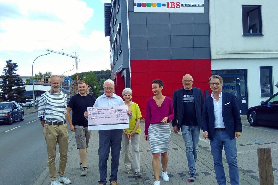 Von links: Tobias Grewe (Beirat KSS); Jamie Green (Beirat KSS); Raimund Hesse (Schatzmeister KSS); Margret Koch (Schriftführerin KSS); Jana Keggenhoff (Pelny Immobilien); Alois Fischer (Gebäudeeigentümer); Thorsten Pelny (Pelny Immobilien)