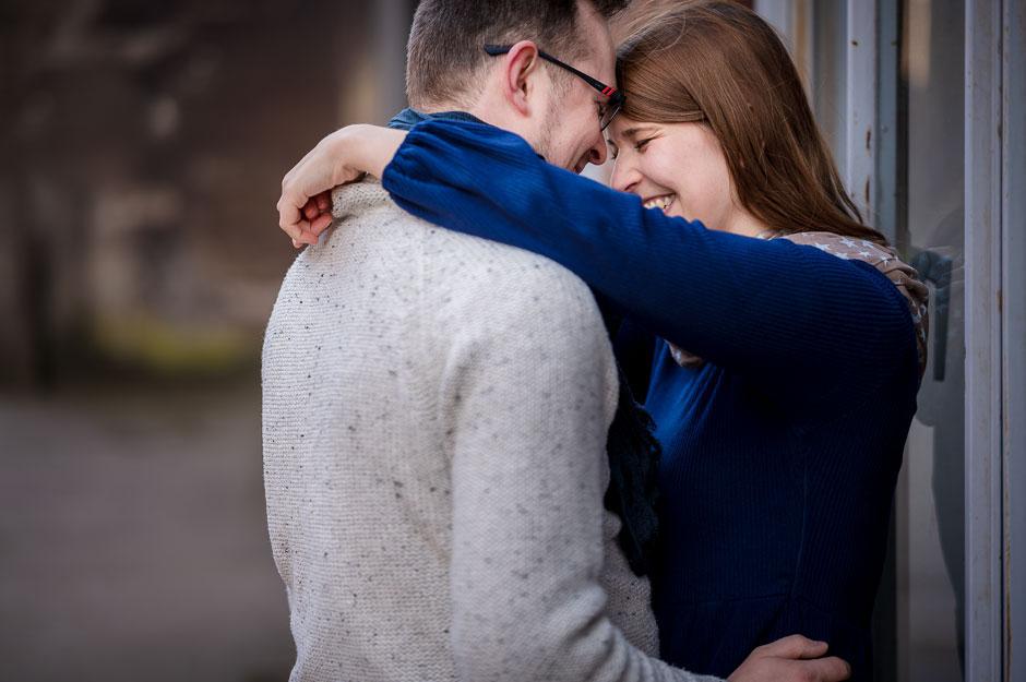 moderne-paarfotos-in-schwarzweiss-silhouette-paerchenshooting-in-duisburg-fotoshooting-mit-partner-in-duesseldorf