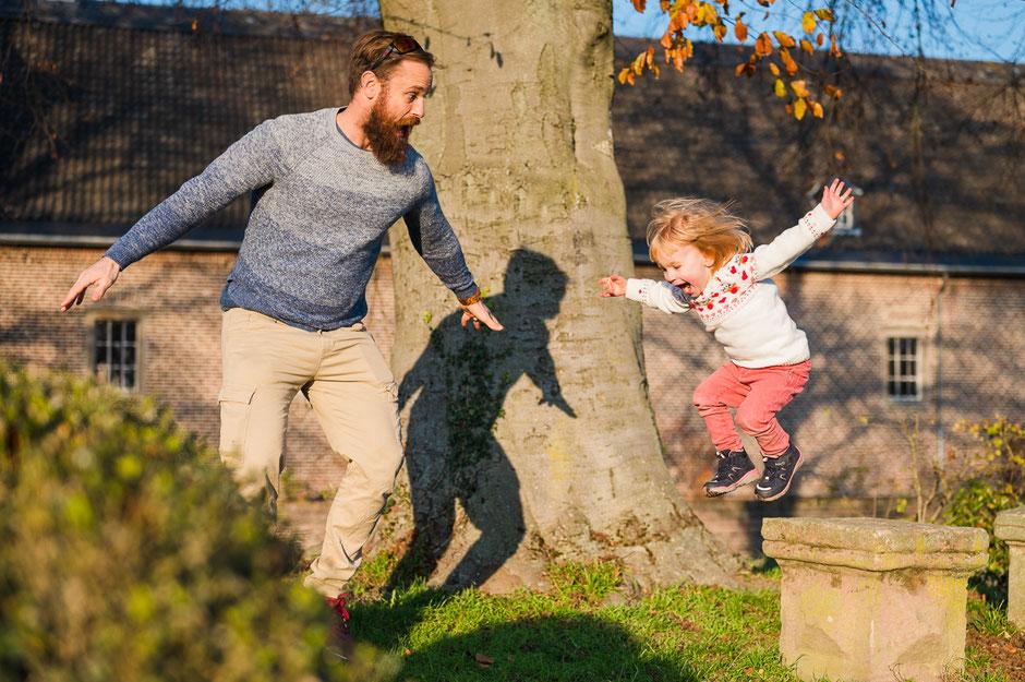tochter-und-vater-haben-spass-familienfotograf-familienfotos-familienshooting-duisburg-duesseldorf