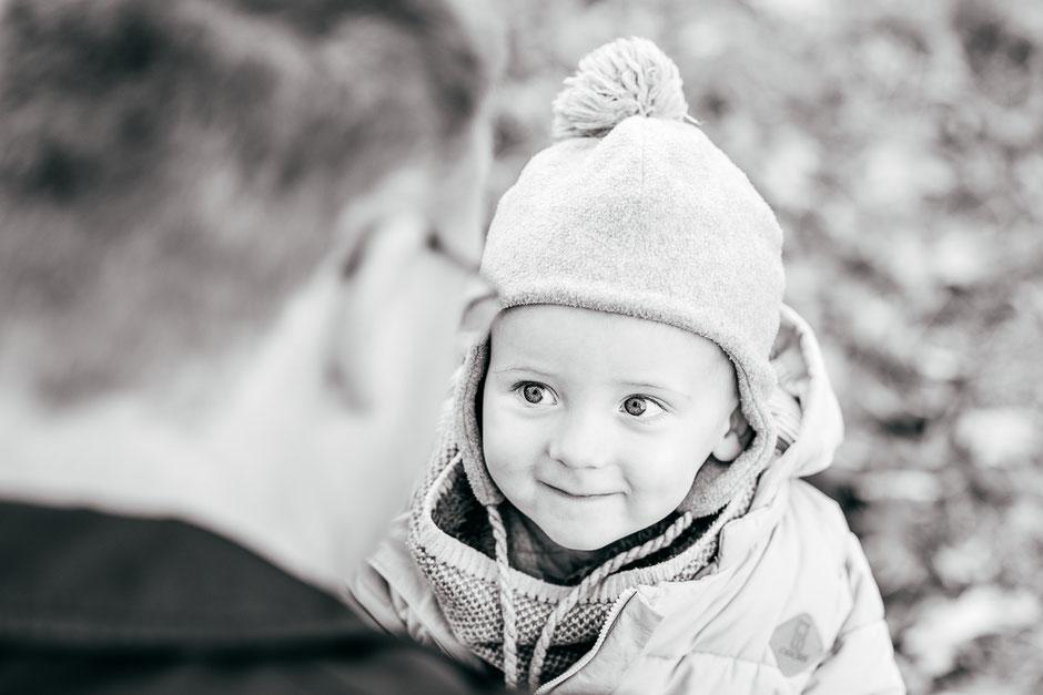 kleines-kind-schaut-liebevoll-seinen-vater-an-familienfotos-kinderfotos-familienshooting-familienbilder-babyfotos-duisburg-duesseldorf