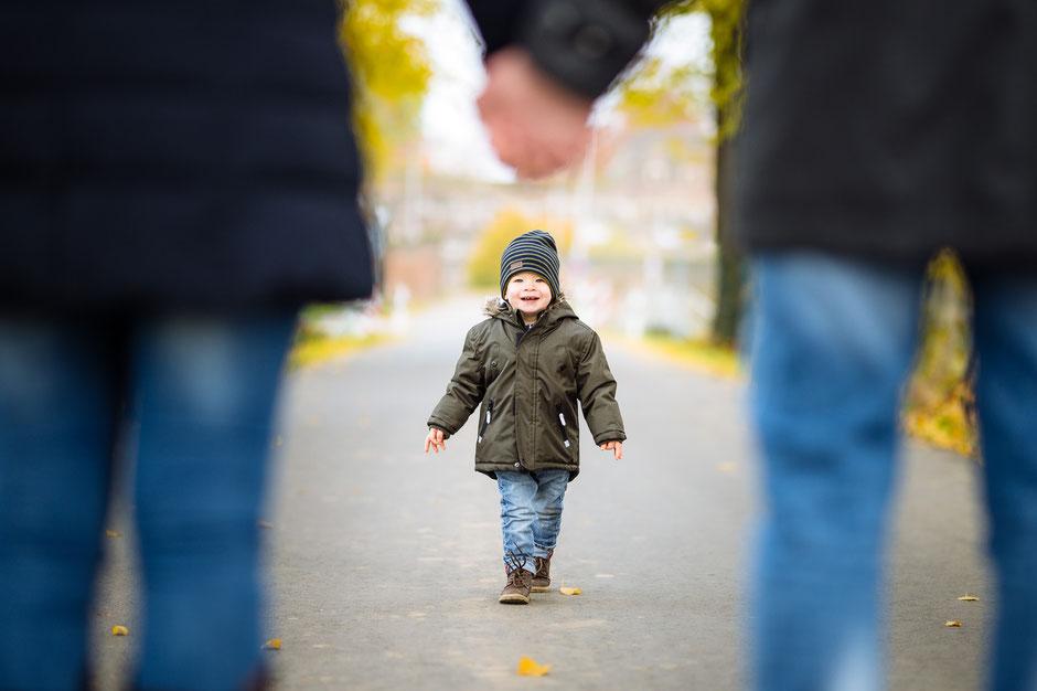 glueckliches-kind-laeuft-auf-eltern-zu-familienshooting-kinderfotos-familienbilder-familienfotograf-duesseldorf-duisburg