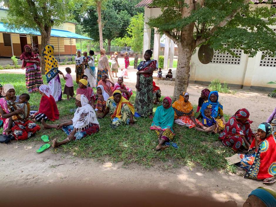 Die Frauen warten auf den Kindergartengutschein.